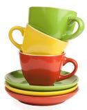 Stapel mehrfarbige Teetassen und untertassen Lizenzfreies Stockfoto