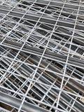 Stapel metaalplanken met roest stock foto's