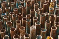 Stapel Metallrohre für Baugerüst stockfotos