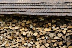 Stapel mit tariertem hölzernem Dach Stockfoto