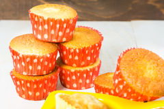 Stapel muffins in rode vorm Stock Fotografie