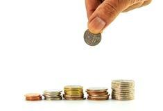 Stapel muntstukken met hand, Thais bad Royalty-vrije Stock Afbeelding