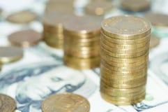 Stapel muntstukken op dollars Royalty-vrije Stock Afbeeldingen