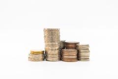 Stapel muntstukken op witte achtergrond voor zaken worden geïsoleerd die financ Stock Afbeeldingen