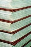 Stapel Nachschlagbücher Stockbilder