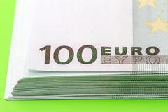 Stapel Nahaufnahme mit 100 der Eurobanknoten Stockbild