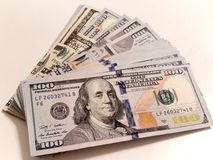 Stapel nieuwe honderd dollarsrekeningen Royalty-vrije Stock Afbeeldingen