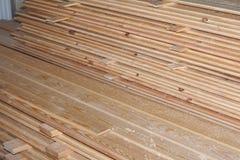 Stapel nieuwe houten nagels bij de timmerhoutwerf Stock Foto's