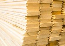 Stapel nieuwe houten planken stock fotografie