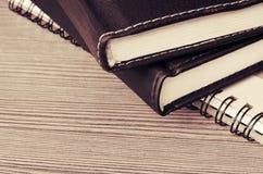 Stapel notitieboekjes op een lijst royalty-vrije stock afbeelding