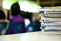 Stapel Notizbücher auf Holztisch Scheren und Bleistifte auf dem Hintergrund des Kraftpapiers Zurück zu Lizenzfreie Stockfotografie
