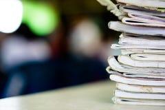 Stapel Notizbücher auf Holztisch Scheren und Bleistifte auf dem Hintergrund des Kraftpapiers Zurück zu Lizenzfreies Stockfoto