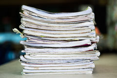 Stapel Notizbücher auf Holztisch Scheren und Bleistifte auf dem Hintergrund des Kraftpapiers Zurück zu Stockbilder