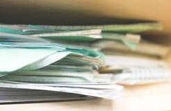 Stapel Notizbücher und Schulbedarf - Verwirrung Lizenzfreie Stockfotografie
