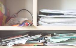 Stapel Notizbücher und Schulbedarf - Verwirrung Stockbilder