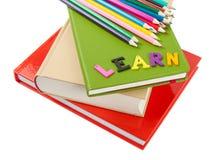 Stapel ob Bücher, Bleistifte und Wort lernen Stockbild