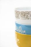 Stapel oder Sammlung keramische Schüsseln, Blumenverzierung, Pastellfarben, angeredetes Bild für Social Media Stockbild