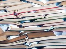 Stapel open boeken Bibliotheek, literatuur die, onderwijs, informatie, het leren, concept lezen royalty-vrije stock afbeeldingen