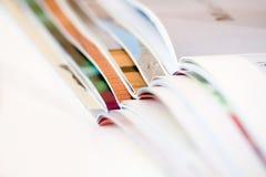 Stapel open tijdschriften - ondiepe dof stock afbeelding