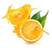 Stapel orange Fruchtscheiben mit Saftspritzen. Stockfoto