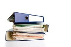 Stapel Ordner. Stapel mit alten Dokumenten und Rechnungen. Lokalisiert auf weißem Hintergrund Stockfoto