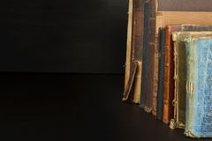 Stapel oude boeken, copyspace voor uw tekst Antieke boeken op oude houten plank Stock Fotografie