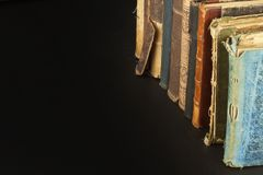Stapel oude boeken, copyspace voor uw tekst Antieke boeken op oude houten plank Royalty-vrije Stock Afbeeldingen
