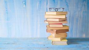 Stapel oude boeken met bril stock afbeeldingen