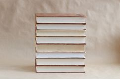 Stapel oude boeken op lijst stock foto