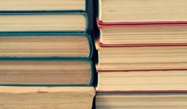 Stapel oude colorfullboeken stock foto