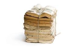 Stapel oude en stoffige tijdschriften op wit royalty-vrije stock afbeeldingen