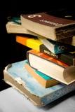 Stapel oude en versleten boeken - kennis Stock Afbeeldingen