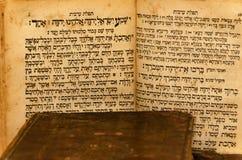 Stapel oude en versleten boeken van de leerdekking met bladgoud het in reliëf maken royalty-vrije stock foto
