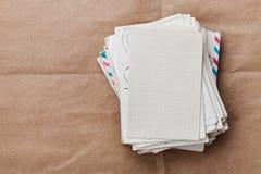 Stapel oude enveloppen en brieven op kraftpapier-document, hoogste mening stock afbeeldingen