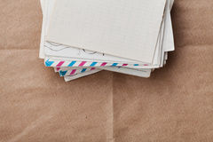 Stapel oude enveloppen en brieven op kraftpapier-document, hoogste mening royalty-vrije stock afbeelding