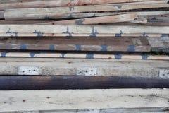 Stapel oude houten planken stock afbeelding