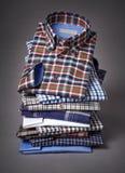 Stapel overhemden op een grijze achtergrond Royalty-vrije Stock Foto's