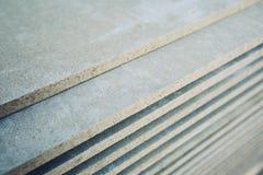 Stapel panelen cement-in entrepot voor huisbouw Stock Foto's