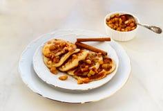 Stapel pannekoeken met honing en appel op witte lijst, heerlijk dessert voor ontbijt royalty-vrije stock afbeeldingen