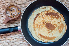 Stapel pannekoeken op een pan Hoogste mening stock afbeelding
