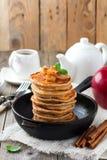 Stapel pannekoeken van boekweitbloem met gebakken appelen en kaneel op oude houten achtergrond Een gezond ontbijt Royalty-vrije Stock Afbeeldingen
