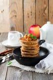 Stapel pannekoeken van boekweitbloem met gebakken appelen en kaneel op oude houten achtergrond Een gezond ontbijt Royalty-vrije Stock Foto