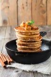 Stapel pannekoeken van boekweitbloem met gebakken appelen en kaneel op oude houten achtergrond Een gezond ontbijt Stock Foto's