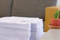 Stapel Papier im Büro stockfotografie