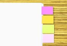 Stapel Papier A4 mit dem bunten Etikettieren als einfacher Referenz (Leerstelle für das Schreiben des Textes am Papier A4 und sei Stockbilder