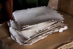 Stapel Papierblätter in einer alten Papiermühle Altes traditionelles Lizenzfreie Stockfotos