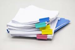 Stapel Papierdokumente in den Bibliotheksdateien mit Büroklammern auf Schreibtisch in den Büros lizenzfreie stockfotos