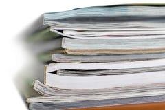 Stapel Papiere und Zeitschriften lizenzfreie stockfotografie