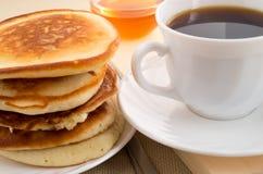 Stapel Pfannkuchen auf einer Untertasse Lizenzfreie Stockbilder