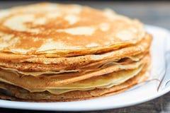 Stapel Pfannkuchen Frühstück für die ganze Familie Stockbild